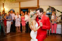 czerwony garnitur ślubny