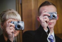 goście robią zdjęcia na ślubie