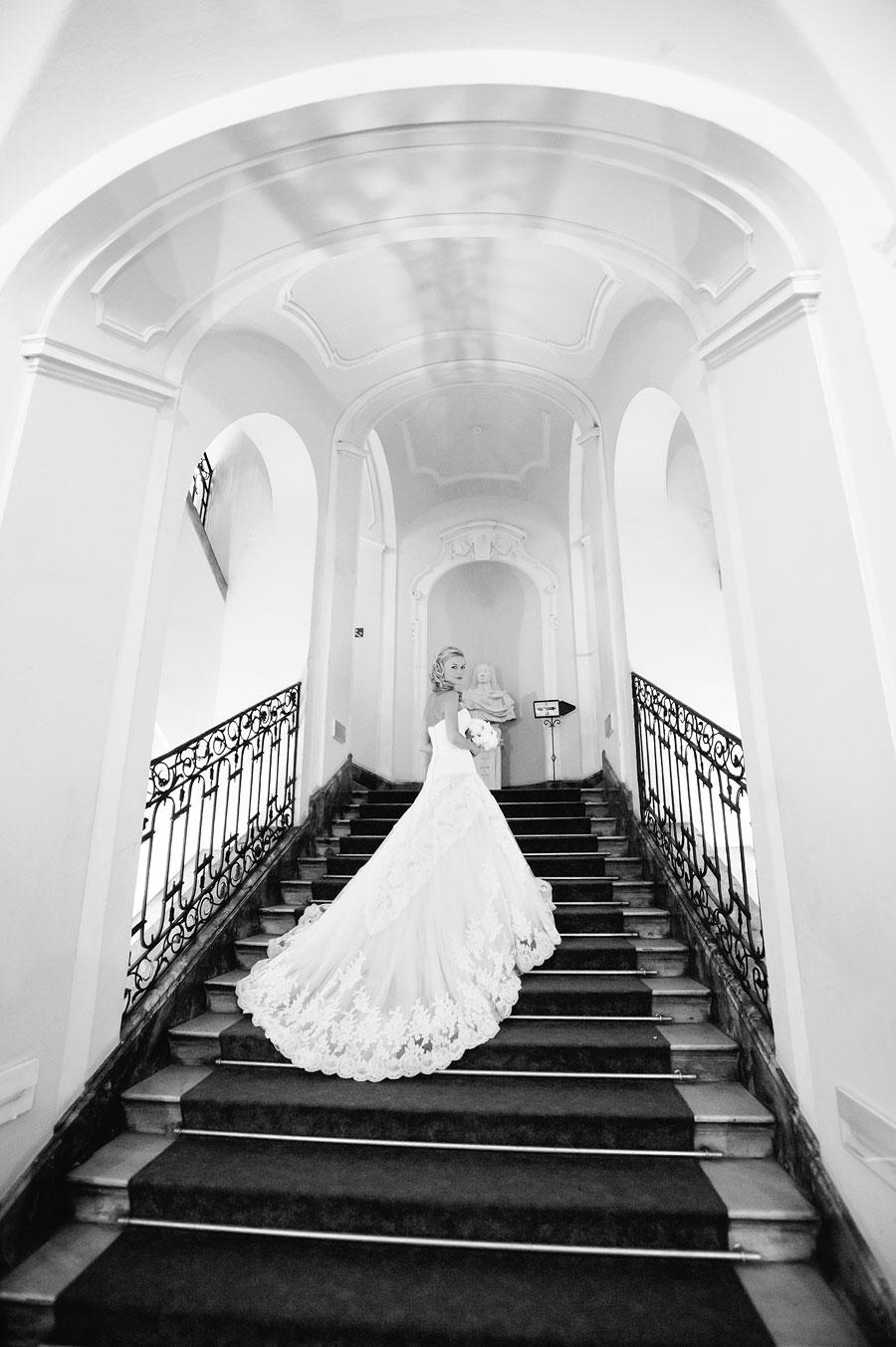 panna młoda na schodach zamkowych