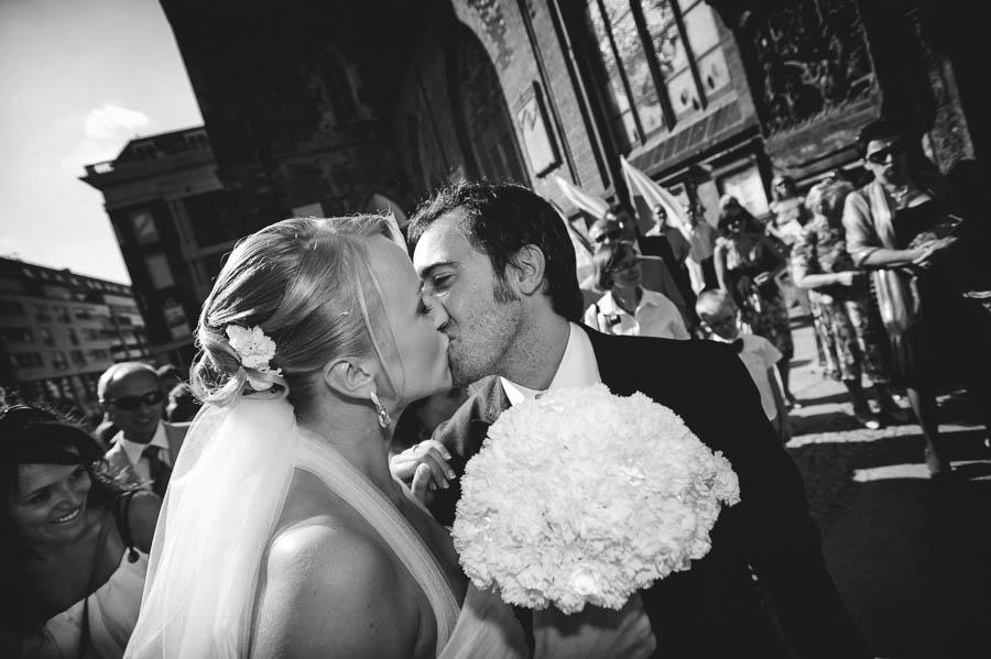 pocałunek pod kościołem