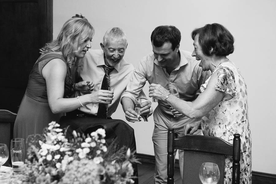 goście toast ślub